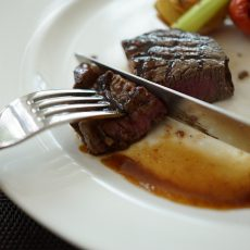 Features To Look For In The Best Knife To Cut Steak With